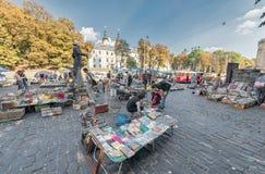 利沃夫州,乌克兰- 2016年10月02日:利沃夫州Citycape和人们 利沃夫州老镇 公共交通工具 书市场 库存图片
