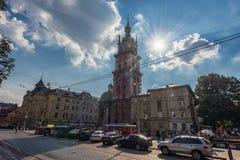 利沃夫州,乌克兰- 2016年9月09日:利沃夫州Citycape和人们 利沃夫州老镇 公共交通工具 Dormition教会, Korniakt塔 图库摄影