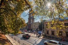 利沃夫州,乌克兰- 2016年9月09日:利沃夫州Citycape和人们 利沃夫州老镇 公共交通工具 Dormition教会, Korniakt塔 库存照片