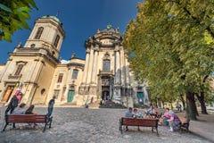 利沃夫州,乌克兰- 2016年11月09日:利沃夫州Citycape和人们 圣餐内部的教会教会 免版税库存图片