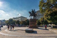 利沃夫州,乌克兰- 2016年11月09日:利沃夫州Danylo Halytskyi, Halytska广场国王的市和纪念碑, 免版税库存图片
