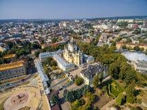 利沃夫州,乌克兰- 2016年9月12日:圣乔治' s大教堂 有洛可可式的黄色门面的希腊天主教徒18世纪大教堂 免版税库存图片
