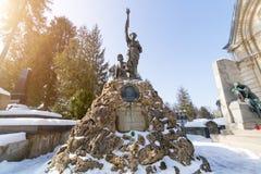 利沃夫州,乌克兰- 2017年2月14日:在坟墓的老雕象在利沃夫州,乌克兰Lychakivskyj公墓  正式状态历史和崇拜 免版税库存照片