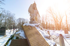 利沃夫州,乌克兰- 2017年2月14日:在坟墓1月1863反叛者小山的老雕象在利沃夫州,乌克兰Lychakivskyj公墓  官员 免版税库存照片
