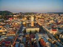 利沃夫州,乌克兰- 2016年9月12日:日落在有香港大会堂塔的,利沃夫州拉丁大教堂,历史珍宝博物馆, Pha利沃夫州 免版税图库摄影
