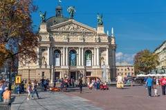 利沃夫州,乌克兰- 2016年9月07日:有地方建筑学和人的利沃夫州市 歌剧和球利沃夫州全国学术剧院  免版税库存照片