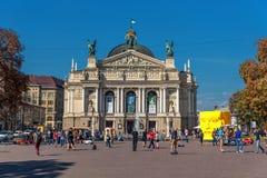 利沃夫州,乌克兰- 2016年9月07日:有地方建筑学和人的利沃夫州市 歌剧和球利沃夫州全国学术剧院  免版税库存图片