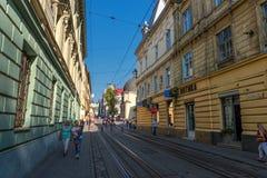 利沃夫州,乌克兰- 2016年9月07日:有地方建筑学和人的利沃夫州市 库存图片