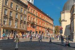 利沃夫州,乌克兰- 2016年9月07日:有地方建筑学和人的利沃夫州市 免版税库存图片