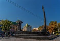 利沃夫州,乌克兰- 2016年9月07日:有塔拉斯・舍甫琴科地方建筑学和人雕象的利沃夫州市  免版税图库摄影