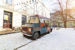 利沃夫州,乌克兰- 2017年2月14日:老嬉皮的样式的葡萄酒减速火箭的被抛弃的汽车被绘的街道画艺术家是残破的在一个  库存照片