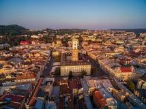 利沃夫州,乌克兰- 2016年9月12日:日落在有香港大会堂塔的,利沃夫州拉丁大教堂,历史珍宝博物馆利沃夫州  库存照片