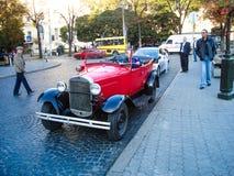 利沃夫州, 10月15日:老历史的红色汽车 老汽车在游人的利沃夫州乌克兰在城市的游览中 库存照片