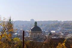 利沃夫州 喀尔巴阡山脉的教会mts西部小的乌克兰 08 07 2017年 利沃夫州市的历史地区的建筑纪念碑全景从高度的t 免版税库存图片