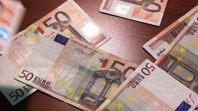 利润 50欧元 金钱在桌上下降 欧洲50张的钞票 艺术性的黑暗的背景 股票视频