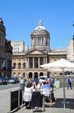 利物浦城镇厅和路面咖啡馆 图库摄影