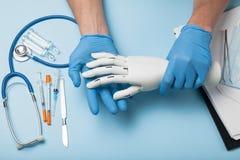 利用仿生学的医疗手假肢 胳膊的截肢术 库存照片