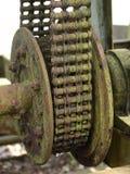 利用链条传送动力的装备老生锈的轮&# 免版税库存照片