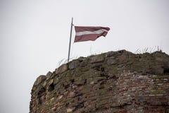 利福尼亚顺序城堡的废墟被修造了15世纪中 包斯卡拉脱维亚在秋天 在的拉脱维亚旗子 库存照片