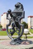利达,白俄罗斯- 2016年7月11日:狮子-古铜色徽章照片与钥匙的城市的 图库摄影