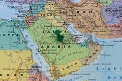 利雅得在沙特阿拉伯,沙特旗子的颜色的地图别住了有一个绿色别针的 库存图片
