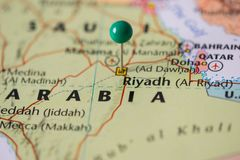 利雅得在沙特阿拉伯,沙特旗子的颜色的地图别住了有一个绿色别针的 图库摄影