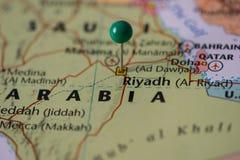 利雅得在沙特阿拉伯,沙特旗子的颜色的地图别住了有一个绿色别针的 免版税库存图片