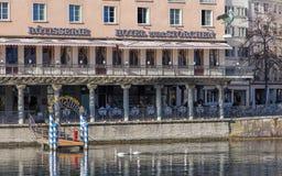 利马特河河和旅馆zum Storchen大厦 免版税图库摄影