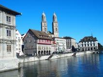 利马特河河最大的瑞士中心河岸在苏黎世市和都市风景的白色房子在瑞士 图库摄影