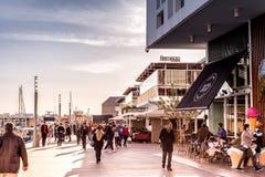 利马索尔,塞浦路斯- 2017年2月18日:人们为步行alon 免版税库存照片