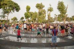 利马,秘鲁- 2012年1月22日:享受热的夏日的人们 免版税库存图片