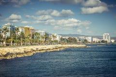 利马索尔,塞浦路斯- 2016年12月:沿海岸线的散步 库存图片