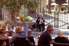 利马索尔,塞浦路斯- 2016年4月01日:听街道mu的人们 库存照片