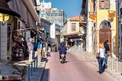 利马索尔,塞浦路斯- 2016年4月01日:商店和咖啡馆在Agiou安德烈 免版税图库摄影