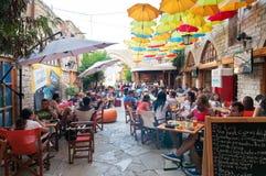 利马索尔,塞浦路斯- 2013年8月10日:在城市的老部分的街道咖啡馆 免版税库存图片