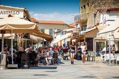 利马索尔,塞浦路斯- 2016年4月01日:坐在户外的人们关于 库存照片