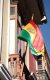玻利维亚的旗子窗口的在拉巴斯 免版税库存照片