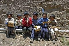 年轻玻利维亚的音乐孩子小组画象  免版税库存照片