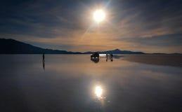 01 06 2000年玻利维亚de distance女性湖层放置孤立稀薄在撒拉尔盐旅行家uyuni走的水 库存照片