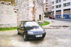 2012-10-06 - 利贝雷茨市,捷克共和国-访客和游人在一个被忽略的停车场n的市中心必须总是停放 免版税图库摄影
