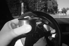 利贝雷茨,捷克共和国- Juny 10日2017年:喝从在黑欧宝雅特H汽车的热水瓶的浓咖啡在带领t的Chrastavska街道 库存照片