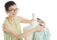 别住衣裳的时装设计师画象对时装模特 免版税库存照片