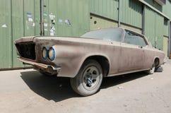 1960年别克le sabre汽车在需要恢复的废墟离开 库存照片