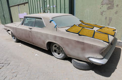 1960年别克le sabre汽车在需要恢复的废墟离开 免版税库存图片