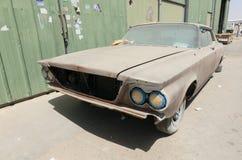 1960年别克le sabre汽车在需要恢复的废墟离开 免版税库存照片