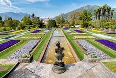 别墅塔兰托植物园与古铜色雕象的前面的, Pallanza,意大利Fisher 免版税库存图片