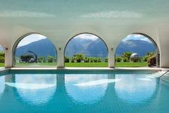 别墅的游泳池,内部 免版税库存照片