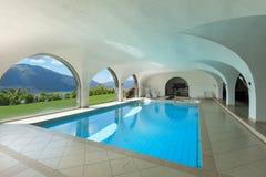 别墅的游泳池,内部 库存图片