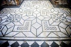 别墅艾德里安娜 与几何motifsdecorate的白色和黑马赛克各种各样的环境地板  意大利罗马 免版税库存照片