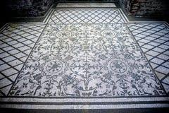 别墅艾德里安娜 与几何motifsdecorate的白色和黑马赛克各种各样的环境地板  意大利罗马 库存照片
